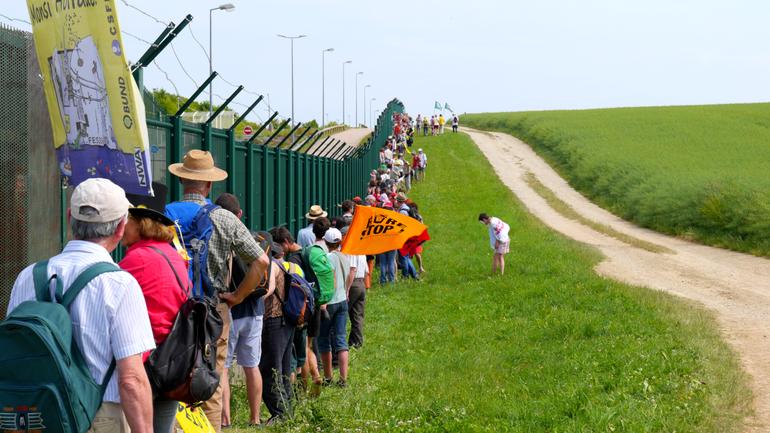 100 000 pas à Bure, 7 juin 2015 - chaîne humaine le long de la grille de l'Andra
