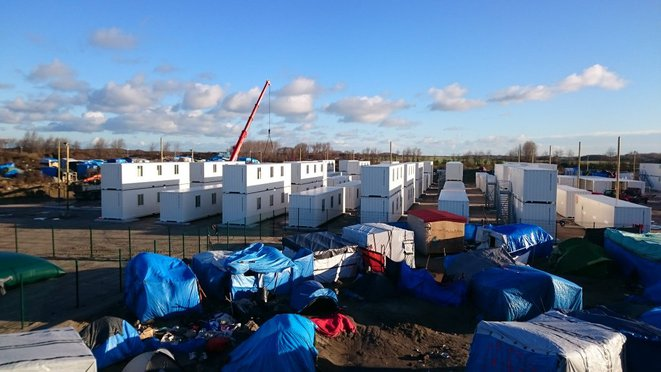 """Ce matin installation de containers dans la jungle de #Calais"" / Twitter G. Destombes"