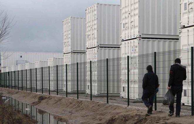 Le nouveau camp de containers de Calais / AP