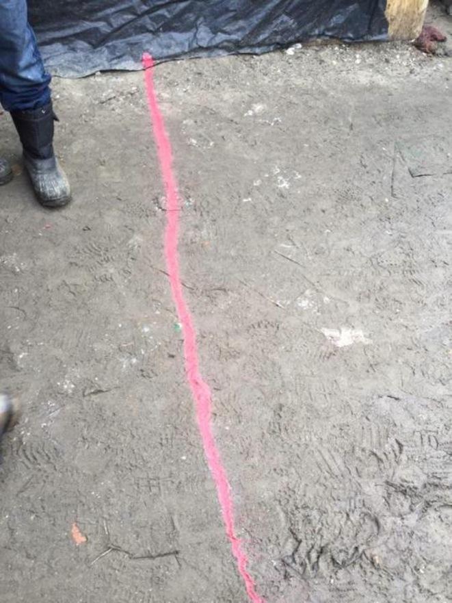 Zone de démarcation peinte à la bombe rose par la police / Calais Migrant Solidarity