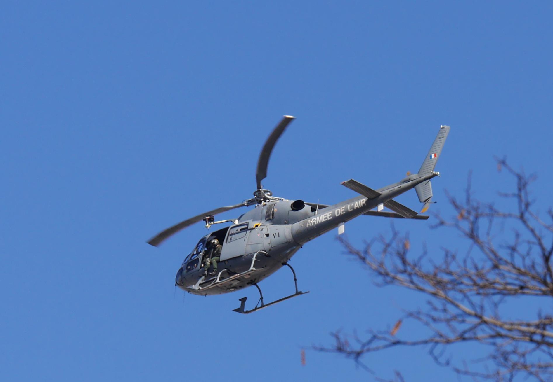 Survol des manifestants par un hélicoptère de l'armée de l'air.